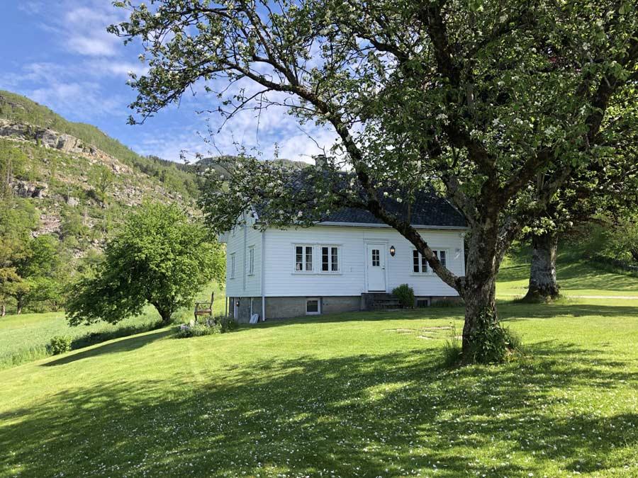 Høiland Gard ligger i Årdal i hjertet av Ryfylke med panoramautsikt over fjorden og resten av bygda