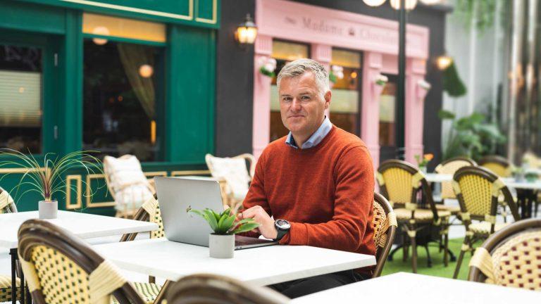 Mann i kafélokaler på Fomo